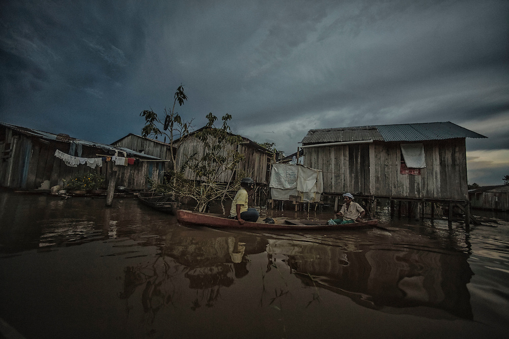 Colombie, Amazonas, Leticia. <br /> <br /> La ville aux trois fronti&egrave;res : Bresil, Perou et Colombie. Taxi pirogue.