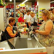 NLD/Huizen/20050629 - Phohiflat Huizen, oude Komart supermarkt verbouwd tot Supercoop lijd bij de opening tot grote drukte aan de kassa's