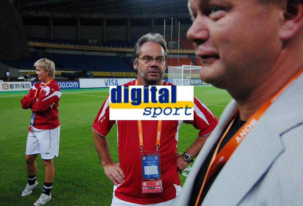 Per-Mathias Høgmo, Jarl Torske og Gøril Kringen. Trening, Norge. Kvinnelandslaget. VM 2007. Hangzhou, Kina. 11. september 2007. (Foto: Peter Tubaas/Digitalsport).