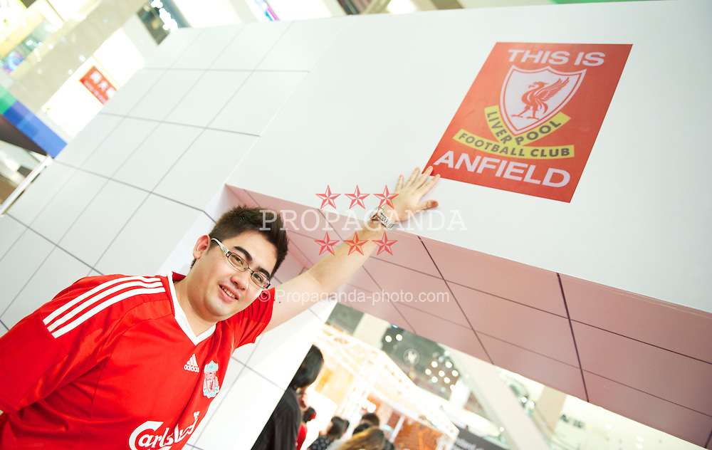 KUALA LUMPUR, MALAYSIA - Friday, July 15, 2011: A Liverpool supporter at the Standard Chartered Liverpool fan event at the Pavillion Shopping Centre on day five of the club's Asia Tour. (Photo by David Rawcliffe/Propaganda)