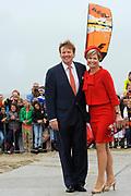 Koning Willem-Alexander en Koningin Maxima poseren kort op de Brouwersdam tijdens hun bezoek aan de provincie Zeeland en Zuid-Holland<br /> <br /> King Willem-Alexander and Queen Maxima posing briefly on the Brouwersdam during their visit to the province of Zeeland and South Holland
