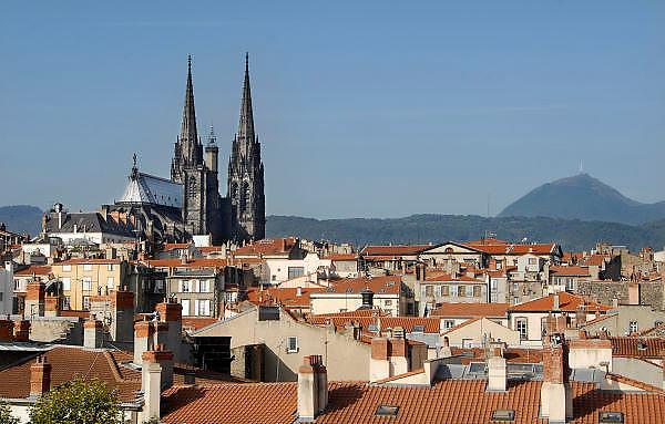 Frankrijk, Clermont-Ferrand, 20-9-2008Zicht op de oude stad met de kathedraal,dom. Op de achtergrond de Puy de dome.Foto: Flip Franssen/Hollandse Hoogte