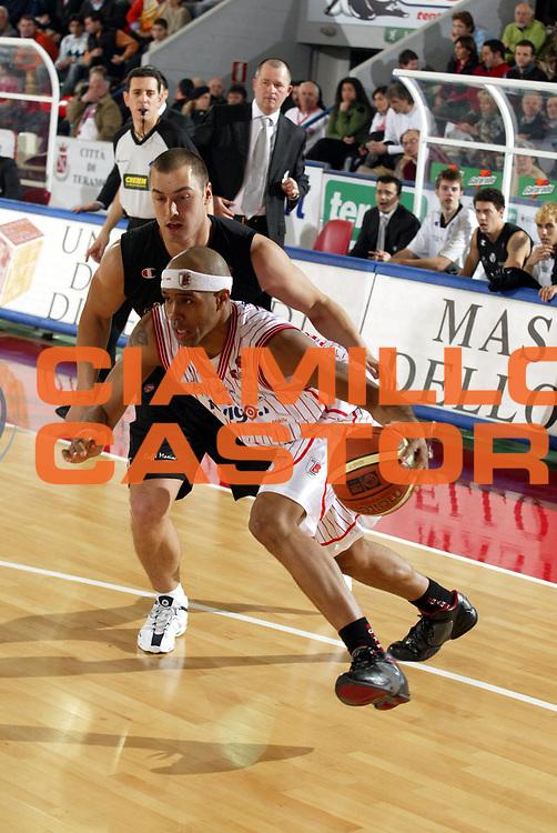 DESCRIZIONE : Teramo Lega A1 2005-06 Navigo.it Teramo Vidi Vici Virtus Bologna<br />GIOCATORE : Holland<br />SQUADRA : Navigo.it Teramo<br />EVENTO : Campionato Lega A1 2005-2006<br />GARA : Navigo.it Teramo Vidi Vici Virtus Bologna<br />DATA : 12/02/2006<br />CATEGORIA : Palleggio<br />SPORT : Pallacanestro<br />AUTORE : Agenzia Ciamillo-Castoria/G.Ciamillo