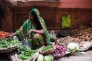 Vrouw verkoopt fruit op straat, Varanasi