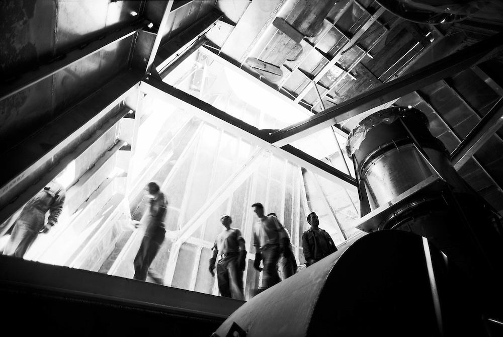 """15 MAY 2000 - Genova - La nave da crociera """"Silver Shadow"""" in allestimento nei cantieri Mariotti - Posa del fumaiolo :-: Cruise Ship Silver Shadow in the Mariotti naval dockyard, in Genoa Italy - The rising of the funnel"""