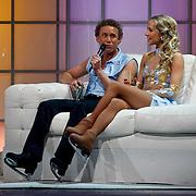 NLD/Ede/20110415 - Finale Sterren Dansen op het IJs 2011, Michael Boogerd en Darya Nucci op de bank