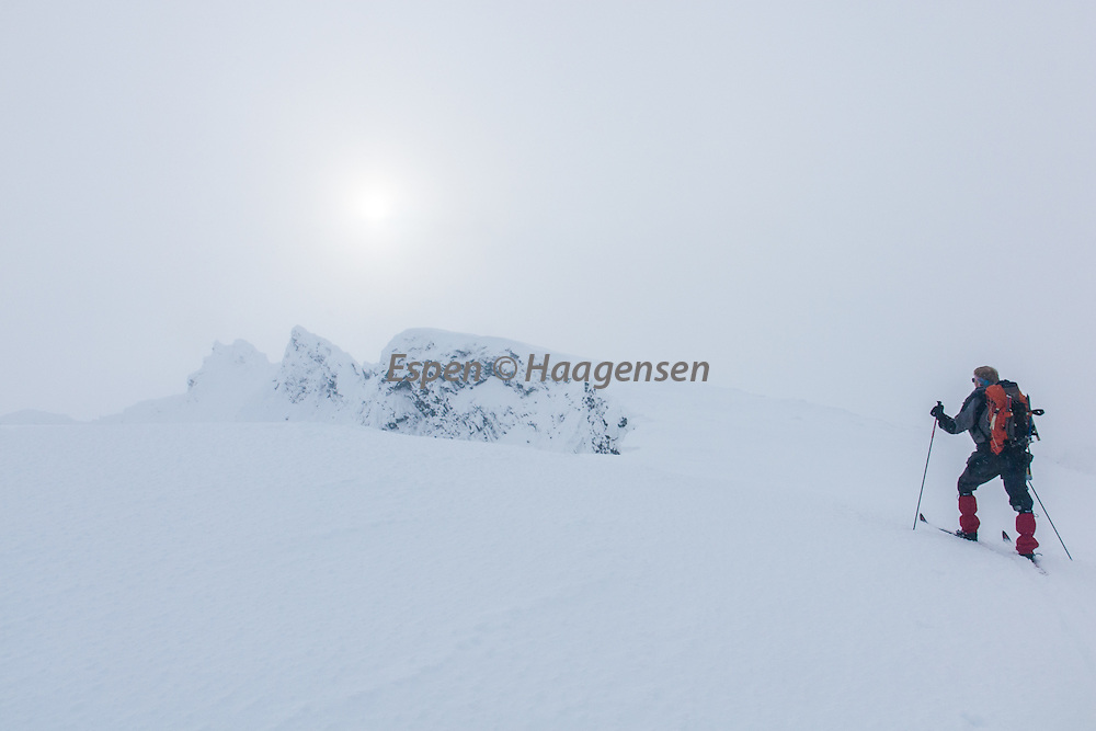 Skiing towards Store Dyrhaugstind