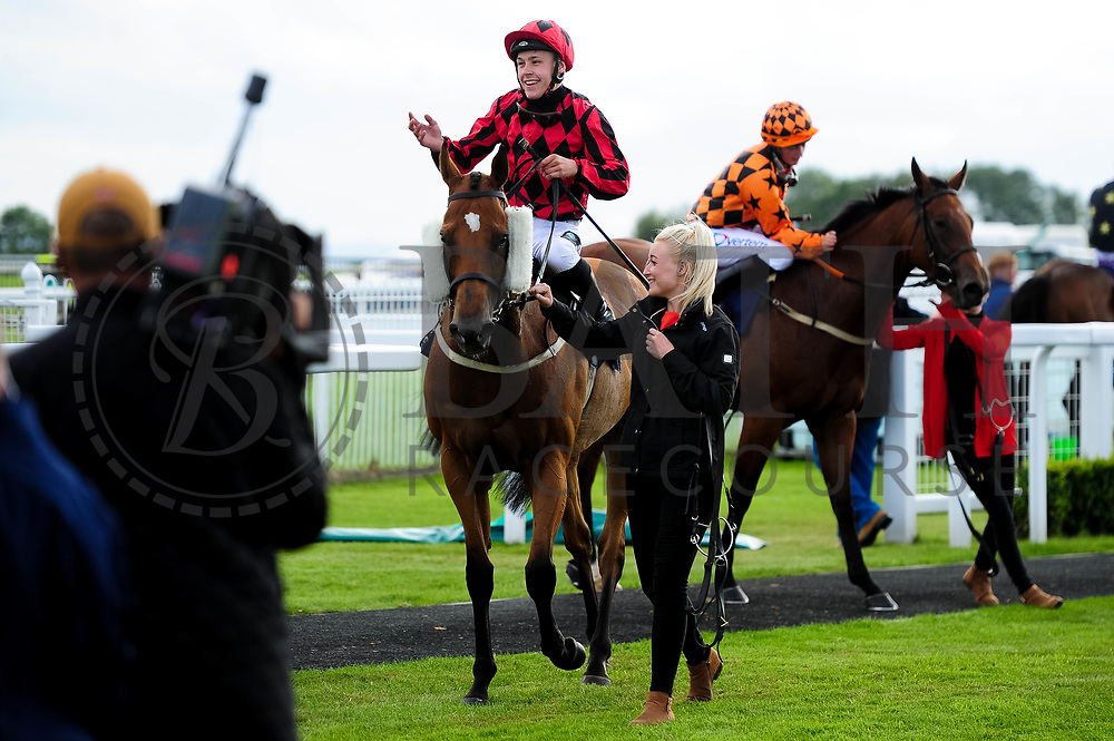 Union Rose ridden by William Carver and trained by Ronald Harris in the Sky Sports Racing Sky 415 Apprentice Handicap (Class 5) race. - Ryan Hiscott/JMP - 07/08/2019 - PR - Bath Racecourse - Bath, England - Race Meeting at Bath Racecourse