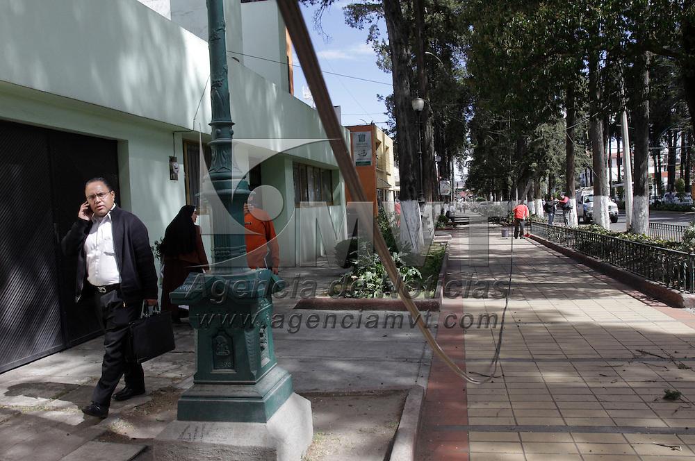 Toluca, México.- Las fuertes ráfagas de viento que se registraron en Toluca ocasiono que arboles y postes del servicio de luz y teléfono cayeran sobre un carril de Paseo Colón, elementos de Protección Civil y Bomberos de Toluca arribaron a la zona para retirar los cables y troncos que se encontraban invadiendo la calle.  Agencia MVT / Crisanta Espinosa