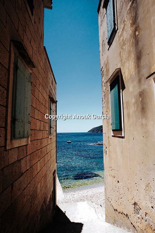 The small fishermen port of Komiza is a concentred of charm    | Le petit port de Komiza est un concentré de charme où regne en maitre les hommes de la mer.