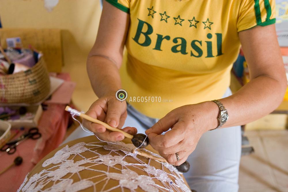 Rendas de bilro, artesa da Associacao das Rendeiras dos Morros de Mariana, do municipio de Ilha Grande (369 km ao norte de Teresina)./ Craftswoman making bobbin-lace in Lacemaker Association.