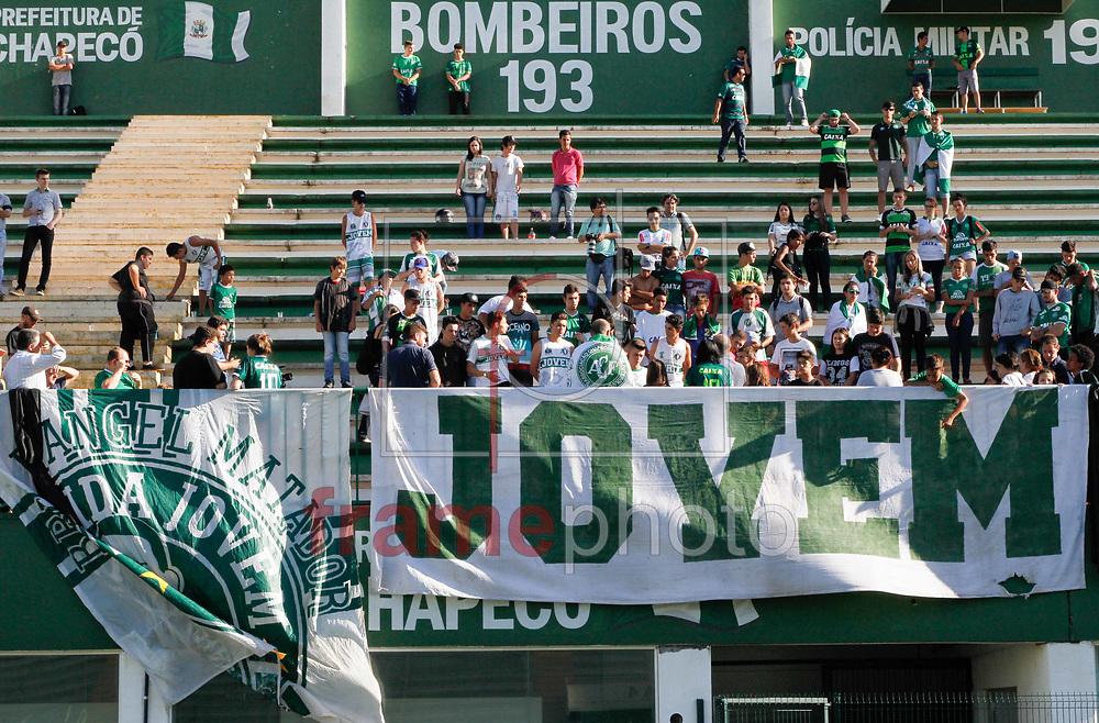 Torcedores Fazem Vigilia e homenagem no campo e na frente a sede da Chapecoense na Arena Conda (SC) na tarde desta terça feira 29 Foto Marcelo D. Sants/FramePhoto.