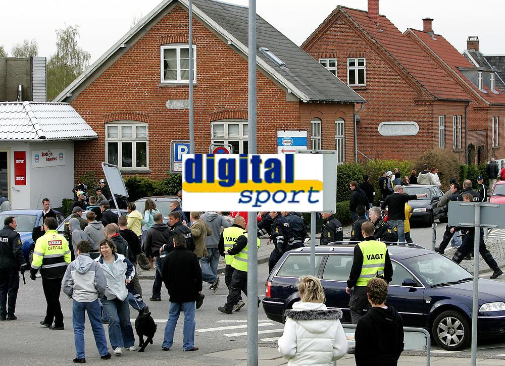 Fotball<br /> Danmark<br /> 22.04.2007<br /> Foto: Polfoto/Digitalsport<br /> NORWAY ONLY<br /> <br /> Politiet fors&oslash;gte at f&aring; Br&oslash;ndby fans v&aelig;k fra stadion efter der var blevet kastet en brosten mod spillerbussen, da de skuffede Br&oslash;ndbyfans lavede ballade i Vejle efter Br&oslash;ndbys 3-0-nederlag i s&oslash;ndagens superligakamp mod Vejle Boldklub. Politi fra b&aring;de &Aring;rhus, Aalborg og Odense m&aring;tte yde assistance til politiet i Vejle oplyser vagthavende ved &Oslash;stjyllands Politi i &Aring;rhus. Urolighederne begyndte umiddelbart efter kampen og bredte sig til omr&aring;det uden for Stadion. Ogs&aring; p&aring; stationen kom det til ballade, oplyser politiet. Det skriver Ritzau