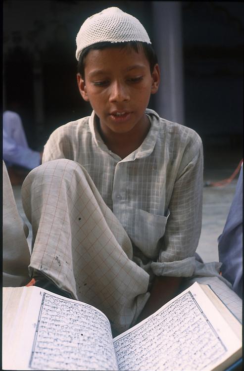 photo: Nadav Neuhaus.roots of the Taliban.India, October 2001..Behraich, Basti and Siddharthnagar are three districts of the Uttar Pradesh having international border with Nepal have a number of Madarsas..Children learning Koran.