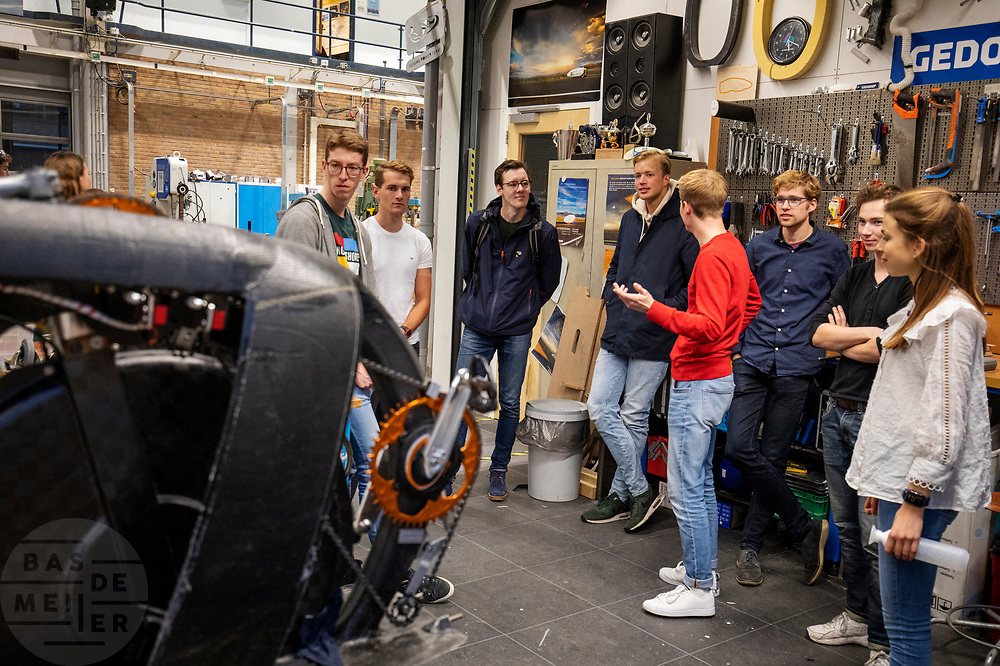 In de D:Dreamhall in Delft maken de atleten (links Kees, Thijmen, Emiel en Joris) kennis met het team. In september wil het Human Power Team Delft en Amsterdam, dat bestaat uit studenten van de TU Delft en de VU Amsterdam, tijdens de World Human Powered Speed Challenge in Nevada een poging doen het wereldrecord snelfietsen voor tandems te verbreken met de VeloX XT, een gestroomlijnde ligfiets. Het record staat sinds 2019 op 120,26 km/u<br /> <br /> In Delft he athletes meet the team for the first time. With the VeloX XT, a special recumbent bike, the Human Power Team Delft and Amsterdam, consisting of students of the TU Delft and the VU Amsterdam, also wants to set a new tandem world record cycling in September at the World Human Powered Speed Challenge in Nevada. The current speed record is 120,26 km/h, set in 2019.
