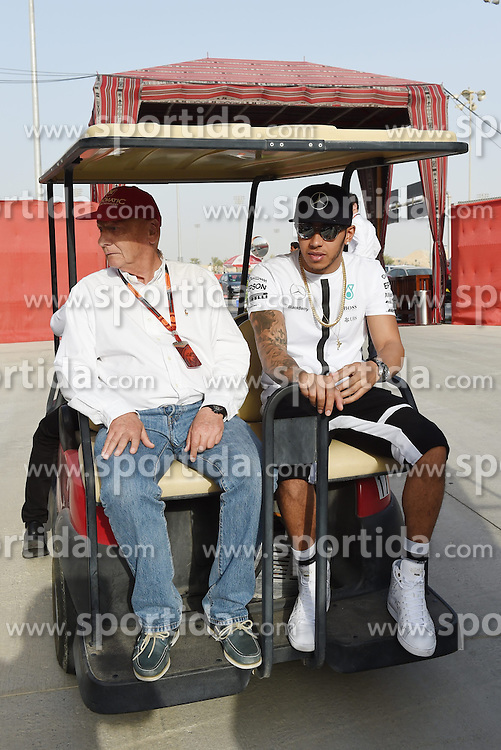 18.04.2015, International Circuit, Sakhir, BHR, FIA, Formel 1, Grand Prix von Bahrain, Qualifying, im Bild Lewis Hamilton (GBR) Mercedes AMG F1 and Niki Lauda (AUT) Mercedes AMG F1 Non-Executive Chairman // during Qualifying of the FIA Formula One Bahrain Grand Prix at the International Circuit in Sakhir, Bahrain on 2015/04/18. EXPA Pictures &copy; 2015, PhotoCredit: EXPA/ Sutton Images/ Mark<br /> <br /> *****ATTENTION - for AUT, SLO, CRO, SRB, BIH, MAZ only*****