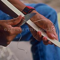 Índia Mbya-guarani produzindo cesto, Massiambú, Imarui, Santa Catarina; Brasil. foto de Ze Paiva/Vista Imagens