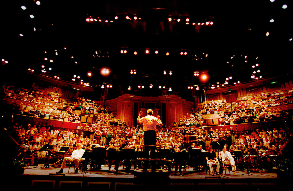 TERRY EDWARDS CONDUCTS 1,000 CHORISTS IN A REHERSAL OF CARL ORFF'S CARMINA BURUNA FOR THE BBC PROMS CHORAL DAY AT THE ROYAL ALBERT HALL.15.8.98 PICTURE BY NEVILLE ELDER