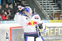 20.02.2015, Curt-Frenzel-Stadion, Augsburg, GER, DEL, Augsburger Panther vs EHC Red Bull München, 49. Runde, im Bild Niklas Treutle #31 (EHC Red Bull Muenchen) gibt sich eine Dusche von der Trinkflasche // during Germans DEL Icehockey League 49th round match between Adler Mannheim and Grizzly Adams Wolfsburg at the Curt-Frenzel-Stadion in Augsburg, Germany on 2015/02/20. EXPA Pictures © 2015, PhotoCredit: EXPA/ Eibner-Pressefoto/ Kolbert<br /> <br /> *****ATTENTION - OUT of GER*****