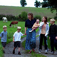 The Wands family take a stroll down the farm track near their home. From left, twins Hamish and Bruce,6, Alison Wands with 6 month old Isla, Rachel,13, and David,11.<br />3.9.98.<br />Picture Copyright:  John Lindsay / Perthshire Picture Agency.<br />30 James Street, Perth. PH2 8LZ.<br />Tel. office 01738 623350. mobile 07775 852112<br />message pager 04325 265547.