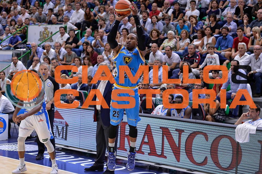 DESCRIZIONE : Beko Legabasket Serie A 2015- 2016 Dinamo Banco di Sardegna Sassari -Vanoli Cremona<br /> GIOCATORE : Tyrus McGee<br /> CATEGORIA : Tiro Tre Punti Three Point<br /> SQUADRA : Vanoli Cremona<br /> EVENTO : Beko Legabasket Serie A 2015-2016<br /> GARA : Dinamo Banco di Sardegna Sassari - Vanoli Cremona<br /> DATA : 04/10/2015<br /> SPORT : Pallacanestro <br /> AUTORE : Agenzia Ciamillo-Castoria/L.Canu