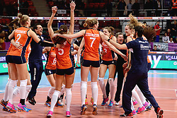 08-01-2016 TUR: European Olympic Qualification Tournament Nederland - Italie, Ankara<br /> De volleybaldames hebben op overtuigende wijze de finale van het olympisch kwalificatietoernooi in Ankara bereikt. Italië werd in de halve finales met 3-0 (25-23, 25-21, 25-19) aan de kant gezet / Coach Giovanni Guidetti, Nicole Koolhaas #22, Yvon Belien #3, Assistent Coach Saskia van Hintum