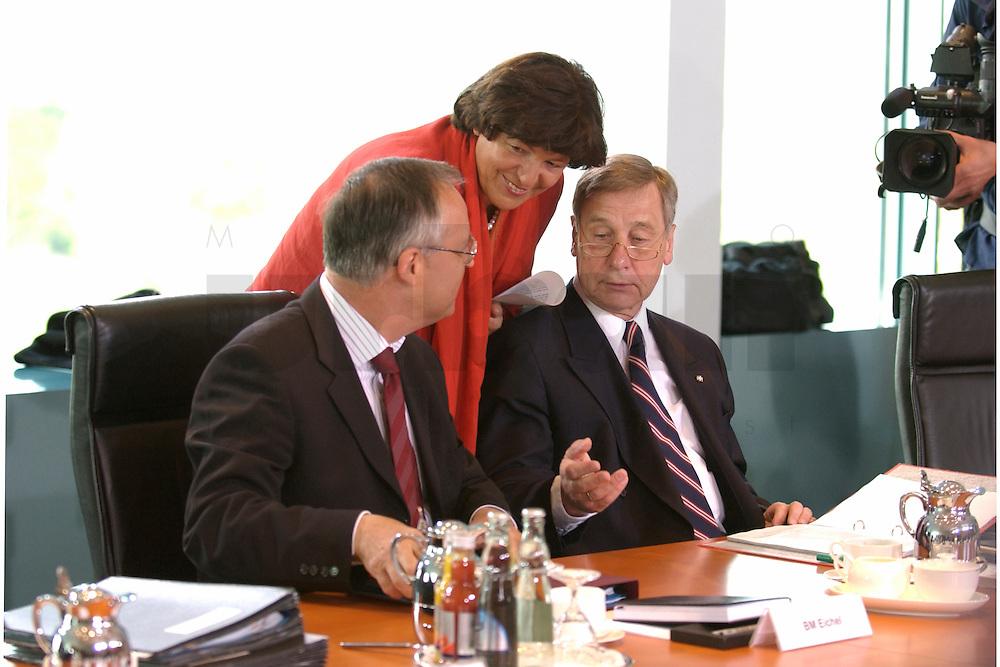 28 APR 2004, BERLIN/GERMANY:<br /> Hans Eichel (L), SPD, Bundesfinanzminister, Ulla Schmidt (M), SPD, Bundesgesundheitsministerin, und Wolfgang Clement (R), SPD, Bundeswirtschaftsminister, im Gespraech, vor Beginn der Kabinettsitzung, Bundeskanzleramt<br /> IMAGE: 20040428-01-008<br /> KEYWORDS: Kabinett, Sitzung, Gespr&auml;ch