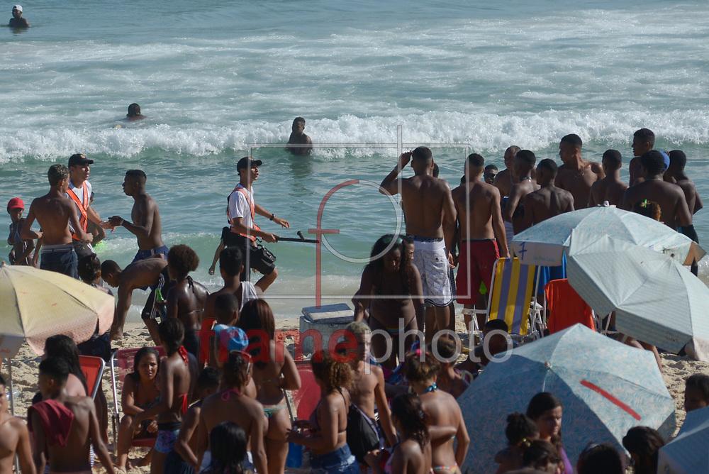 Domingo de sol no Rio de Janeiro é marcado por arrastões e confusões na praia Arpoador, na zona sul. No primeiro dia da Operação Verão, realizadas pelas forças de segurança do município e estado, vários tumultos foram registrados e pessoas detidas. Segundo a Polícia Militar 650 policiais reforçam a segurança Foto: ERBS JR./Frame