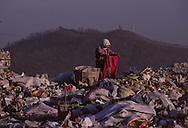 In the rubbish dump of Seoul the poor people coming from the southern region Cholla can find an unpleasant but well paid job  recovering waste products is also an aspect of the economic miracle.       Dans la decharge de Séoul les laissés pour compte du miracle économique essentiellement des gens du sud de la province du Cholla trouvent un emploi dégradant mais bien payé L economique a aussi touché l'industrie florissante de la recuperation      ///    L2703  /  R00030  /  P0003308