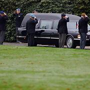 Overbrengen lichaam van overleden prins Bernhard van paleis Soestdijk, lijkwagen rijd door erehaag verzetsstrijders en oorlogsveteranen