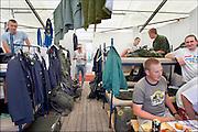 Nijmegen, 17-7-2005Wedren, Zweedse militairen ontspannen zich.Foto: Flip Franssen