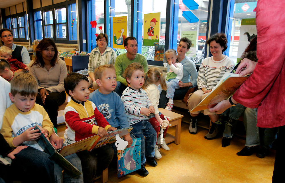 THE NETHERLANDS-ZOETERMEER- April 27, 2005. Library. Children listening.  Zoetermeer. 27/04/05. Bibliotheek. Voorlezen in wijkbibliotheek Seghwaert. Foto: Gerrit de Heus.