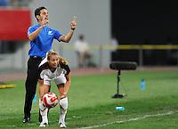 Olympia 2008  Peking  Fussball  Frauen   12.08.2008 USA - Neuseeland NZL Trainer John HERDMAN (GBR) steht gestikulierend hinter Heather MITTS (USA).