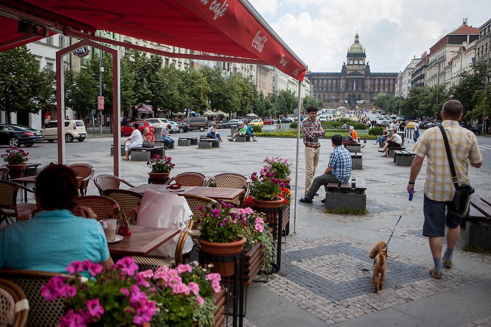 """Das """"Tram Cafe"""" auf dem mittleren Teil des Wenzelsplatz. Im Hintergrund das """"Grand Hotel""""."""