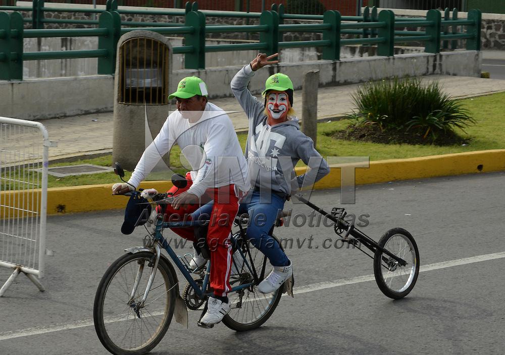 """Toluca, Méx.- En el marco de la celebración del Día Mundial Sin Auto, los municpios de Zinacantepec, Toluca, Metepec, San Mateo Atenco y Lerma, participaron en la rodada """"Al Valle en Bici"""", en donde los ciclistas pudieron rodar por la Avenida Las Torres y culminaron en la Plaza de Los Mártires. Agencia MVT / Crisanta Espinosa"""