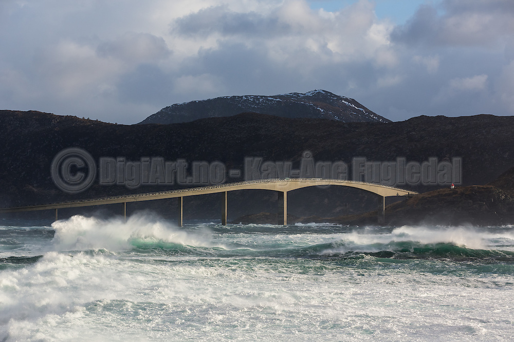 A windy day at Runde, Norway. Runde bridge | En vindfull dag ved Rundebrua på Runde.