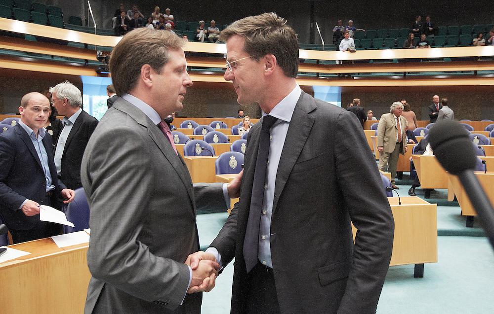 Nederland. Den Haag, 24 mei 2012.<br /> Rute begroet Pechtold D66. Samsom PvdA (L) kijkt toe. Verantwoordingsdebat in de Tweede kamer, demissionaire kabinet Rutte, derde woensdag in mei. Politiek, <br /> Foto : Martijn Beekman