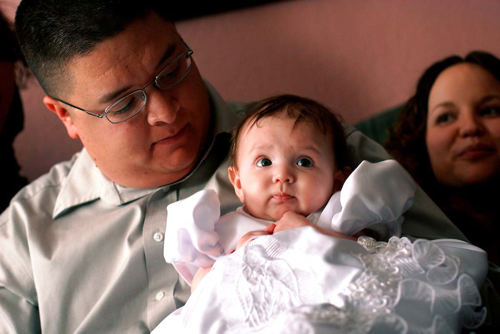 The Martinez family listens to Mariachi Orgullo perform in their home. (Xavier Mascareñas)