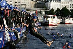 Triathlon: Hamburg City Man 2006, Jedermaenner, Schwimmen, Start am Jungfernstieg, Binnenalster, Alster, Vorbereitung, Startvorbereitung, Gruppe, Schwimmer, Freizeitsport, Freizeitsportler, Alsterdampfer, Mehrkampf, Sport, Sportler, Schwimmer, Massenstart, Spass, Freude, Neoprenanzug,