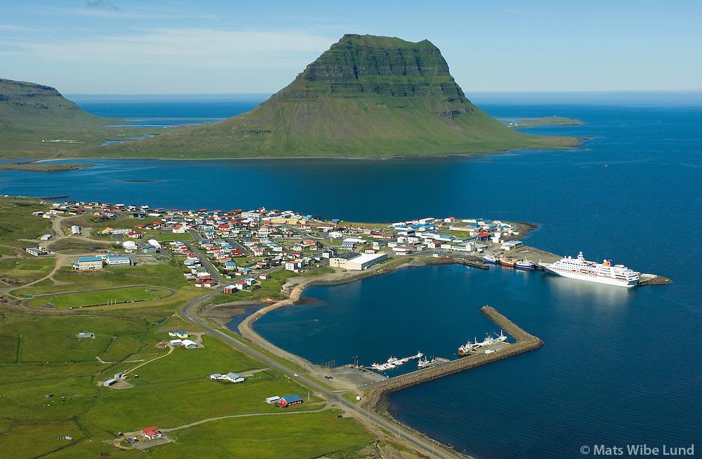 Grundarfjörður séð til vesturs. / Grundarfjordur viewing west.