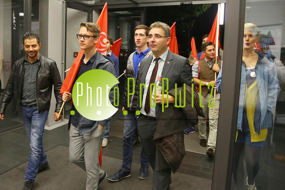 Mannheim. 24.09.17 | ID 067 |<br /> Innenstadt. Abendakademie. Wahl. Bundestagswahl 1017. Wahlparty zur Wahl.<br /> Feature und erste Reaktionen.<br /> - v.l. Stefan Fulst-Blei zieht mit den Jusos (SPD) ein<br /> (linke) zieht in den Bundestag ein.<br /> Bild: Markus Pro&szlig;witz 24SEP17 / masterpress