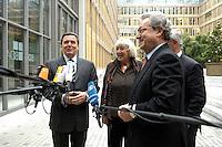 """13 APR 2005, BERLIN/GERMANY:<br /> Gerhard Schroeder (L), SPD Bundeskanzler, Renate Schmidt (M), SPD, Bundesfamilienministerin, und Dieter Hundt (R), Praesident Bundesvereinigung der Deutschen Arbeitgeberverbaende, BDA, geben ein Statement, nach Schroeders Ankunft zur Konferenz """"Familie - ein Erfolgsfaktor fuer die Wirtschaft"""", Haus der Deutschen Wirtschaft<br /> IMAGE: 20050413-02-012<br /> KEYWORDS: Mikrofon, microphone, Gerhard Schröder"""