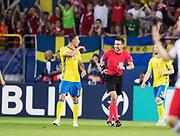 LUBLIN, POLEN 2017-06-19<br /> Melker Hallberg i diskussion med domare Slavko Vinčić (SVN) under UEFA U21 matchen mellan Polen och Sverige den 19 juni p&aring; Arena Lublin, Polen.<br /> Foto: Nils Petter Nilsson/Ombrello<br /> Fri anv&auml;ndning f&ouml;r kunder som k&ouml;pt U21-paketet.<br /> Annars Betalbild.<br /> ***BETALBILD***