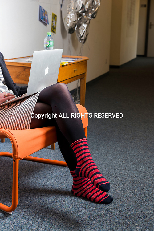 Genève, février 2017. Dans un bureau une Caroline porte bien les chaussettes. © Olivier Vogelsang