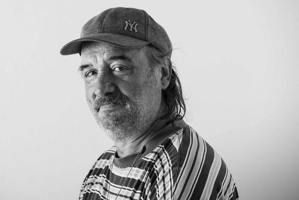 """Wusste lange nicht wohin: Die letzten<br /> Wochen waren für Ioan ein reiner<br /> ALBTRAUM. In Altona hat er einen<br /> neuen Schlafplatz gefunden.<br /> <br /> """"Das ist Leben,<br /> was kann ich machen?""""<br /> Ioan Fota, 55, verkauft Hinz&Kunzt vor Aldi in Barmbek."""