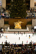 New York . elevated view.  skating rink of the Rockfeller center  on fifth avenue  view from above / piste de patinage; patinoire; le Rockfeller center sur la cinqieme avenue  New York