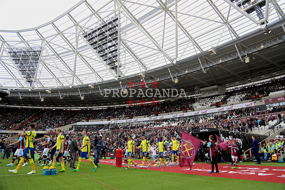 LONDON, ENGLAND - Saturday, April 22, 2017: Everton players walk out to face West Ham United during the FA Premier League match at the London Stadium. (Pic by David Rawcliffe/Propaganda)