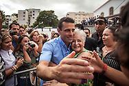 El candidato opositor, Henrique Capriles Radonski saluda a sus simpatizantes a su centro de votación durante las elecciones regionales realizadas en Caracas. 16 Dic. 2012. (Foto/ivan gonzalez)