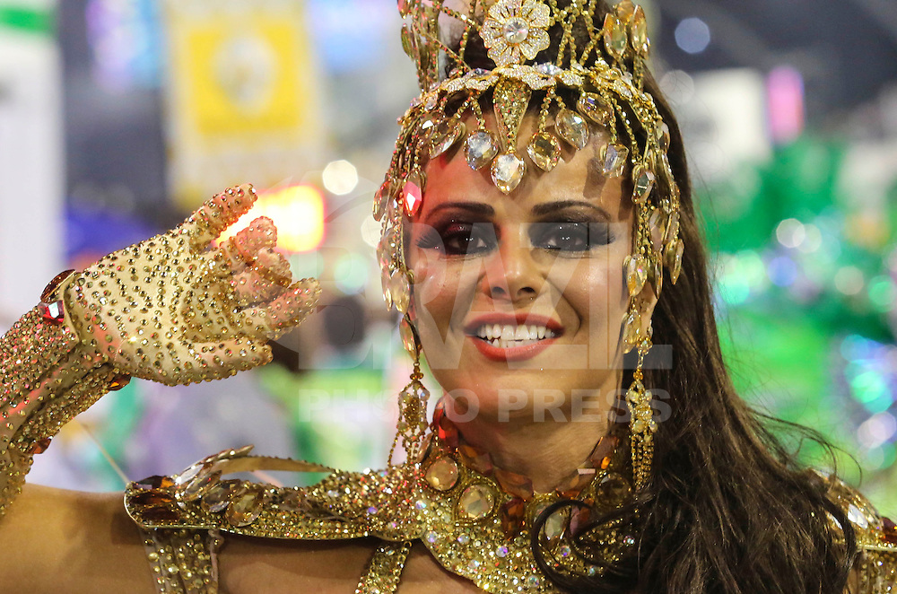 SAO PAULO, SP, 09 FEVEREIRO 2013 - CARNAVAL SP - MANCHA VERDE  - Viviane Araujo Rainha da bateria da escola de samba Mancha Verde durante desfile no primeiro dia do Grupo Especial no Sambódromo do Anhembi na região norte da capital paulista, na madrugada deste sábado, 09.  (FOTO: VANESSA CARVALHO/ BRAZIL PHOTO PRESS).