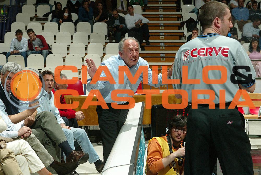 DESCRIZIONE : BOLOGNA CAMPIONATO LEGA A2 2004-2005 PLAY OFF <br /> GIOCATORE : TIFOSI-ARBITRO <br /> SQUADRA : CAFFE MAXIM VIRTUS BOLOGNA <br /> EVENTO : CAMPIONATO LEGA A2 2004-2005 <br /> GARA : CAFFE MAXIM VIRTUS BOLOGNA-PEPSI CASERTA <br /> DATA : 29/04/2005 <br /> CATEGORIA : Delusione <br /> SPORT : Pallacanestro <br /> AUTORE : Agenzia Ciamillo-Castoria/G.Livaldi